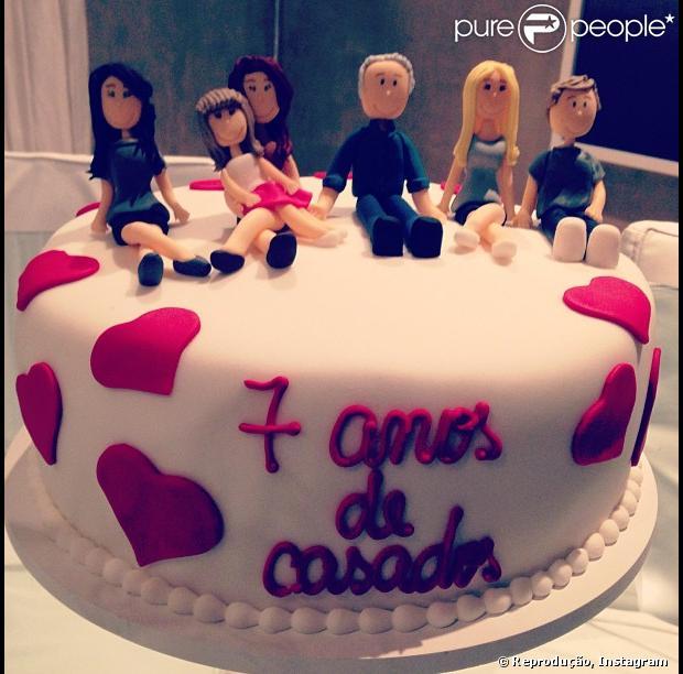 Ticiane Pinheiro publica fot do bolo em comemoração aos sete anos de casada com Roberto Justus, em 20 de maio de 2013