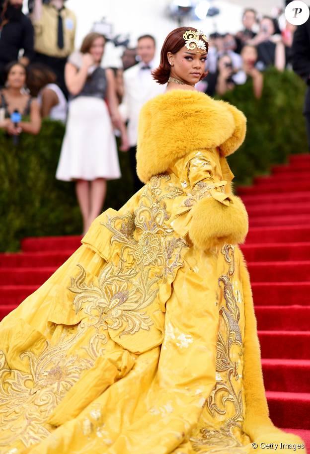 Rihanna apostou no vestido irreverente da chinesa Guo Pei para ir ao Met Gala 2015