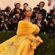 Rihanna apostou em um vestido amarelo épico com uma cauda enorme projetado pela estilista chinesa Guo Pei