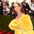 Met Gala 2015: Rihanna apostou na cauda do vestido amarelo projetado pela estilista chinesa Guo Pei