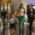 Priscila Fantin curte passeio com o filho, Romeo, em shopping do Rio, nesta terça-feira, 5 de maio de 2015