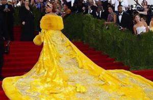 Rihanna não resiste e posta meme do vestido usado no Met Gala 2015 no Instagram