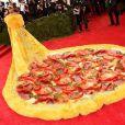 Internautas comparam vestido de Rihanna com uma pizza