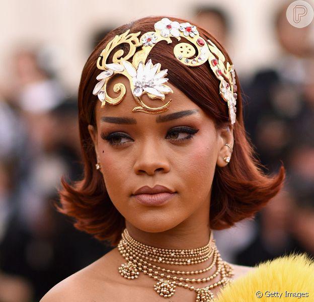 Rihanna não resiste e ironiza seu vestido usado no Met Gala 2015, no Instagram