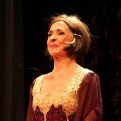 Betty Faria chora em teatro ao receber homenagem por seu aniversário de 74 anos