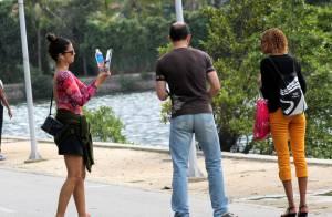 Emanuelle Araújo é abordada para tirar foto de casal, que não reconhece a atriz