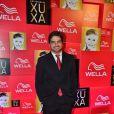 Bernardo Mesquita, repórter do 'TV Xuxa', posa na entrada da festa de 50 anos da Xuxa