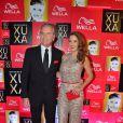 Roberto Justos, um dos apresentadores do evento, posa ao lado da mulher Ticiane Pinheiro, na festa de 50 anos da Xuxa