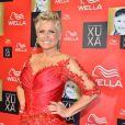 O vestido que Xuxa usa na festa dos seus 50 anos é assinado pelo estilista  Samuel Cirnansck
