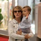 Juliana Silveira brinca com o filho, Bento, em shopping do Rio