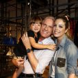 Roberto Justus posa com as filhas, Fabiana e Rafaella