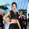 Kendall Jenner optou por exibir a barriga com saia longa e top cropped pretos, da grife Azzedine Alaia no Festival de Cannes