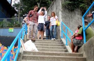 Bradley Cooper e atores de 'Se Beber, Não Case' visitam favela no Rio de Janeiro