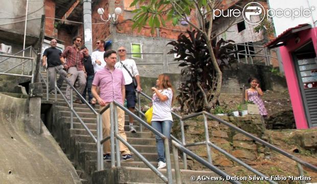 Atores de 'Se Beber, Não Case' visitam o morro Dona Marta, em 30 de maio de 2013