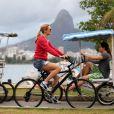 Heather Graham passeia de bicileta na Lagoa, na Zona Sul do Rio de Janeiro