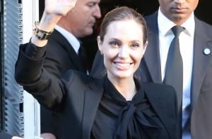 Angelina Jolie é traída por blusa que deixa marca dos seios à mostra, em Paris