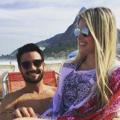 Bárbara Evans curte dia de praia com o namorado, Fabrício Assunção, no Rio