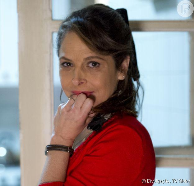 Drica Moraes é Carolina Silveira, uma mulher criada em família de classe média que mora no interior de São Paulo até se separar de Rogério (Tarcísio Filho), ao descobrir que ele tem outra família; é mãe de Arlete (Camila Queiroz) e se apaixona por Alex (Rodrigo Lombardi), na novela 'Verdades Secretas', que estreia em 8 de junho de 2015