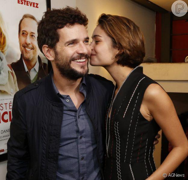 Sophie Charlotte dá beijo no namorado, o ator Daniel Oliveira, durante o lançamento do filme 'Romance Policial' nesta quarta-feira, dia 3 de junho de 2015
