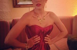 Carol Castro mostra 'cinturinha de pilão' em desfile para grife de joias