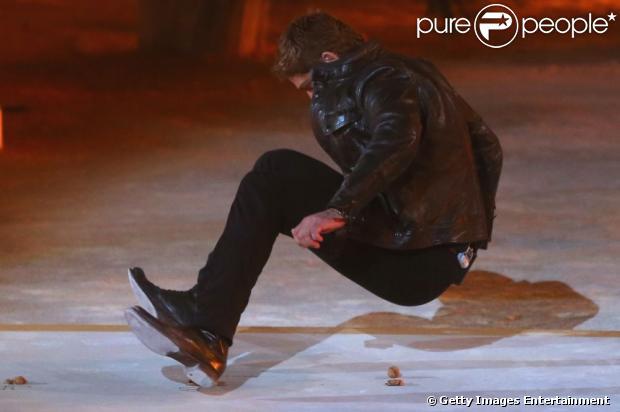 Gerard Butler tenta quebrar nozes com o bumbum, durante programa de TV alemão