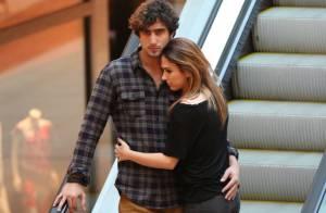 Tatá Werneck troca carinhos com o namorado, Renato Góes, em shopping do Rio