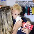 Davi Lucca, filho de Neymar, participa de feira de moda com a mãe, Carol Dantas