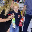 Davi Lucca, de 3 anos, filho de Neymar, ganha chamego da mãe, Carol Dantas, em feira de moda de São Paulo
