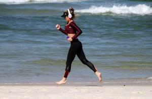 Aos 41 anos, Danielle Winits exibe boa forma de barriga de fora durante corrida