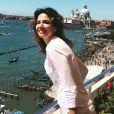 Luciana Gimenez na sacada do seu quarto de hotel em Veneza
