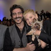 Xuxa prestigia evento em São Paulo com o namorado, Junno Andrade, e o pet Dudu