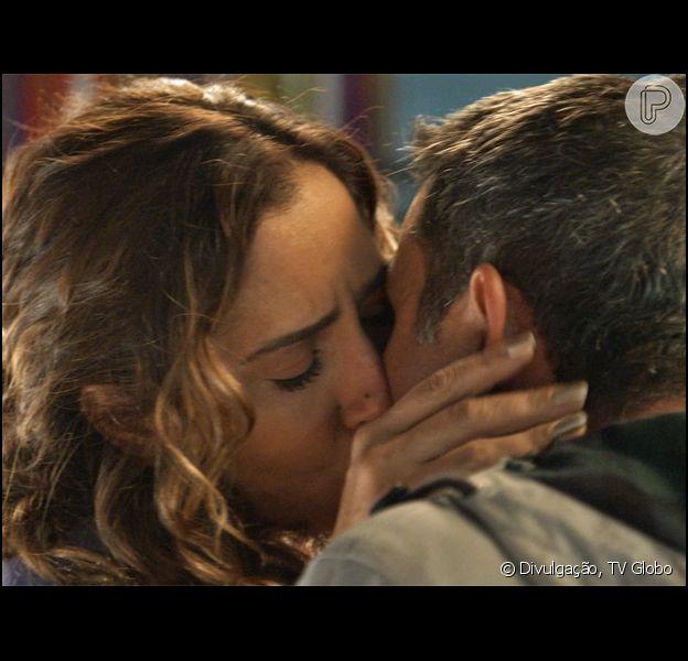 Carlos Alberto (Marcos Pasquim) beija Regina (Camila Pitanga), em 29 de junho de 2015, na novela 'Babilônia'