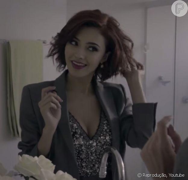 No ar em 'I Love Paraisópolis', Carolina Oliveira aparece decotada no novo clipe de Michel Teló, 'Coração Cansou', divulgado nesta semana no Youtube