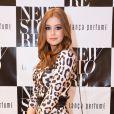 A artista esbanjou uma bolsa Chanel Flap Bag no valor de R$ 5.300 para prestigiar o lançamento da nova coleção da loja Lança Perfume, em Belo Horizonte, usando vestido da marca