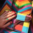 Marina exibe a bolsa Valentino Garavani multicolor no valor de cerca de R$ 3 mil