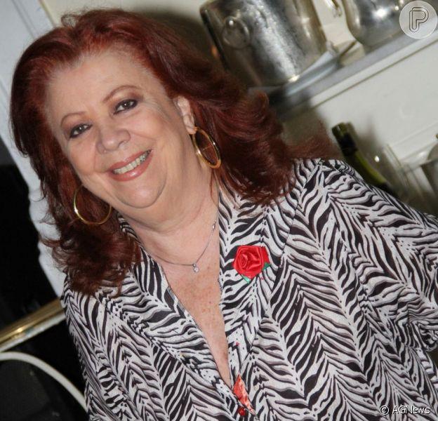 Beth Carvalho teve de ser transferia para a UTI por causa de uma gripe, mas Afonso Carvalho, empresário da cantora, garantiu que ela está até ouvindo música, em 15 de junho de 2013