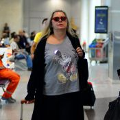 Vera Fischer exibe look despojado, de tênis e camiseta, ao embarcar no Rio