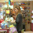 Tatá Werneck vai à loja de artigos de brinquedos no Rio