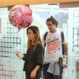 Tatá Werneck visita loja com o namorado, Renato Góes, em shopping no Rio de Janeiro