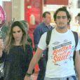 Tatá Werneck passeia em shopping com o namorado, Renato Góes, e leva balão escrito 'I love you' (amo você) na mão. Casal esteve em um shopping do Rio na noite desta sexta-feira, 26 de junho de 2015