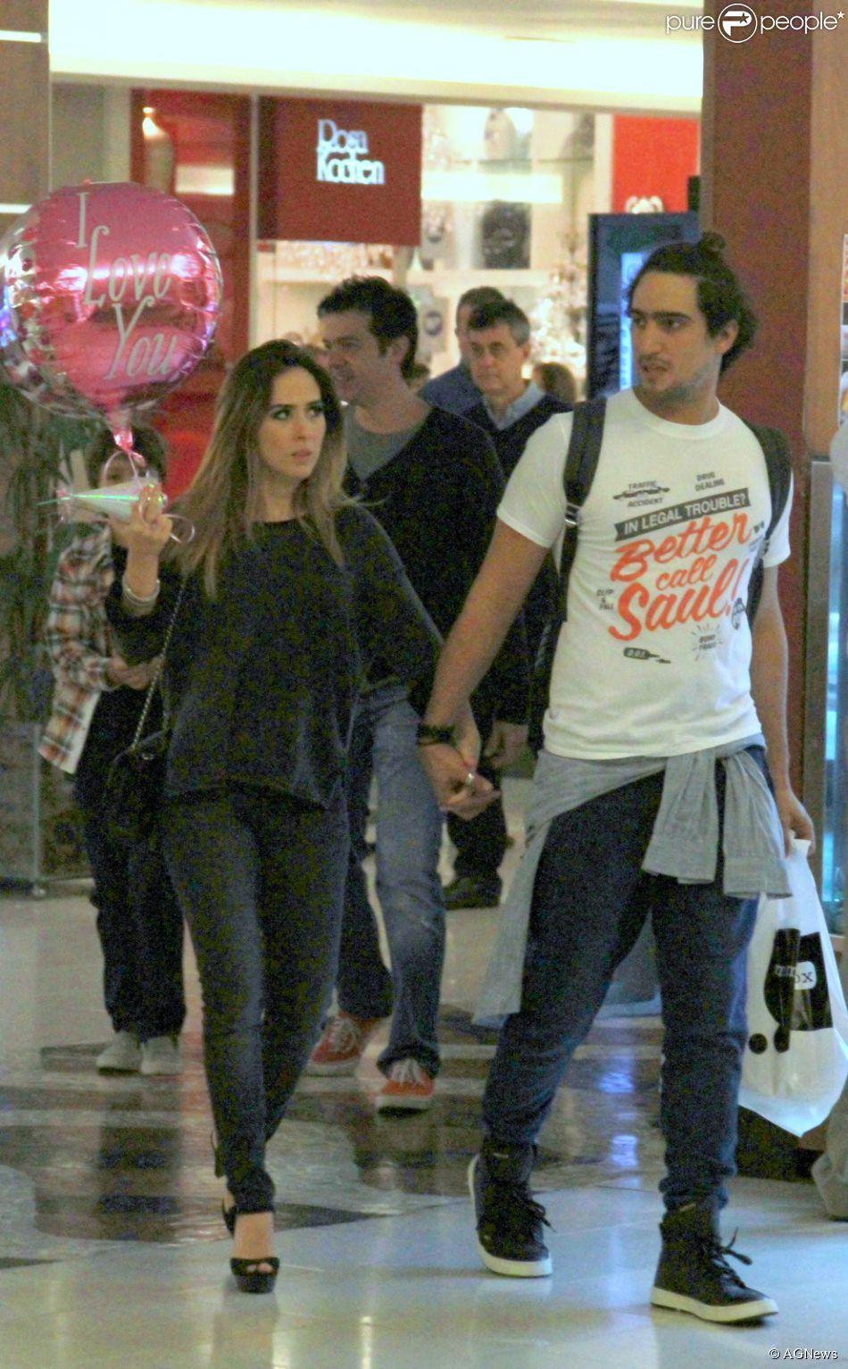 Tatá Werneck passeia de mãos dadas com o namorado, Renato Góes