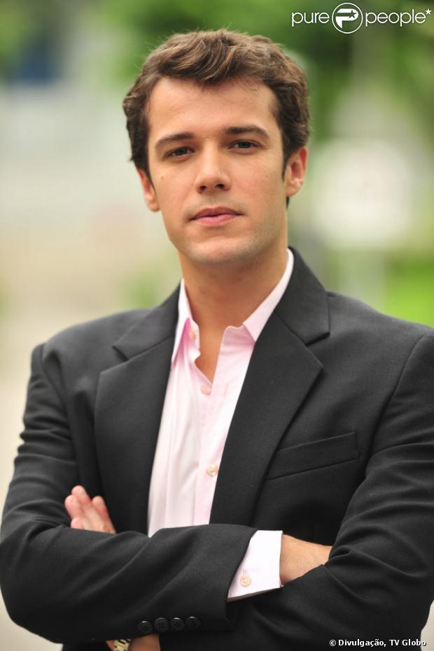 Maurício (Jayme Matarazzo) passa noite com Lara (Maria Helena Chira) após Amora (Sophie Charlotte) terminar o noivado com ele, em 'Sangue Bom', em junho de 2013