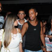 Ronaldinho Gaúcho curte show em Salvador, na Bahia, com novo visual