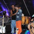 Ronaldinho Gaúcho sobe ao palco e abraça Saulo Fernandes, da Banda Eva