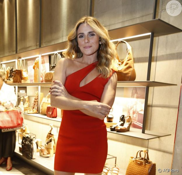 Giovanna Antonelli brilhou com um look vermelho na última segunda-feira, 3 de agosto de 2015. A atriz esteve no lançamento da coleção verão 2016 da grife Arezzo e optou por um vestido da grife Jay Ahr, à venda por R$ 940 na loja Mares