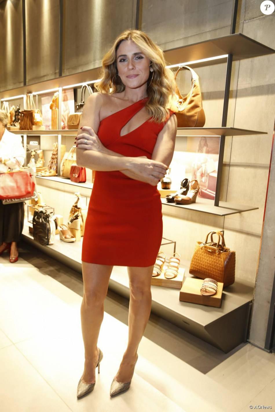 cfd8f9d54 Giovanna Antonelli brilhou com um look vermelho na última segunda-feira, 3  de agosto