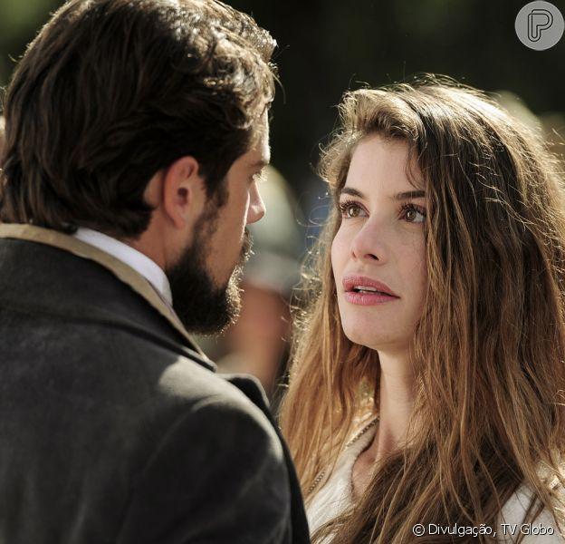 Lívia (Alinne Moraes) mente para Felipe (Rafael Cardoso) confirmando que está noiva de Pedro (Emílio Dantas), na novela 'Além do Tempo', em 17 de agosto de 2015