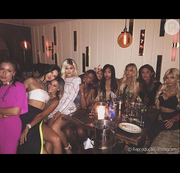 Kylie Jenner comemorou seu 18º aniversário com as irmãs e o pai, Caitlyn Jenner, na noite deste domingo, 9 de agosto de 2015: 'Minhas garotas'