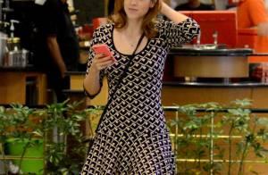 De chinelo e vestidinho curto, Sophia Abrahão passeia em shopping carioca