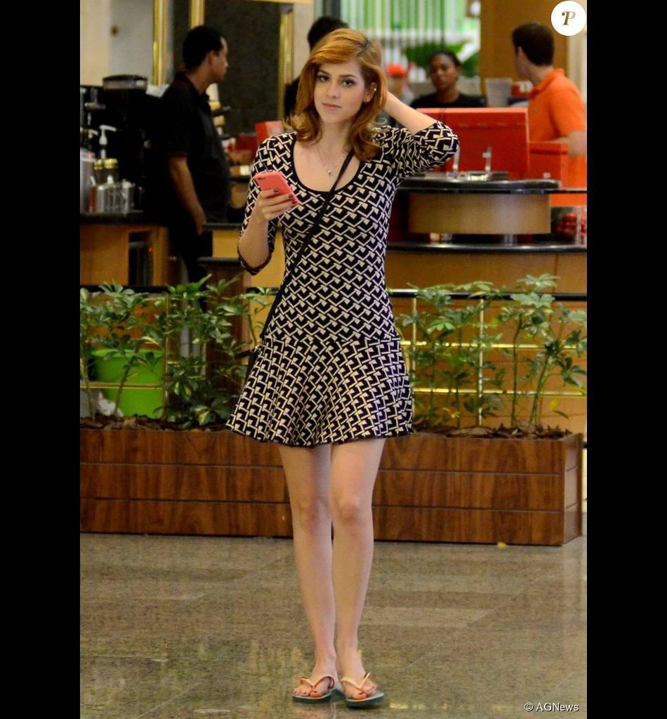 e72a99953 Sophia Abrahão mostou que aderiu de vez o estilo despojado ao combinar  vestido com chinelo,
